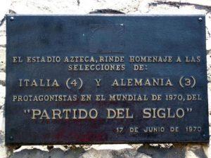 Una targa in ricordo della partita Italia-Germania 4-3 del 1970 all'esterno dello stadio Azteca. ANSA/ARCHIVIO