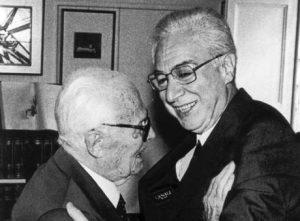 Un'immagine d'archivio (data non disponibile) di un abbraccio tra Sandro Pertini e Francesco Cossiga. E' morto oggi Francesco Cossiga. ANSA